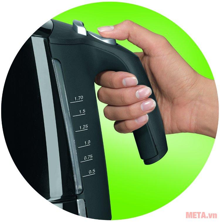 Ấm siêu tốc Braun WK 300 ONYX thiết kế tay cầm cách nhiệt, giúp cầm nắm di chuyển dễ dàng.