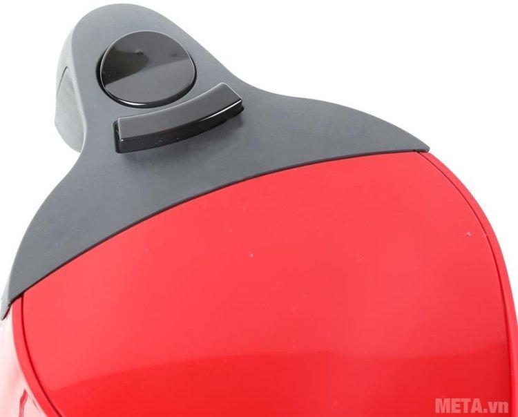 Ấm siêu tốc Braun WK 300 RD thiết kế nút bật/tắt và nút mở nắp tiện lợi.
