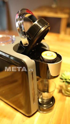 Đặt viên nén cà phê vào máy pha cà phê viên nén Nesso K-cup