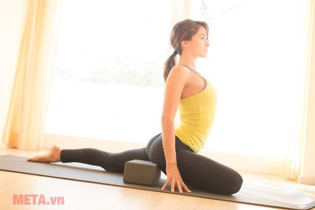 Tư thế nửa chim bồ câu với gối tập yoga