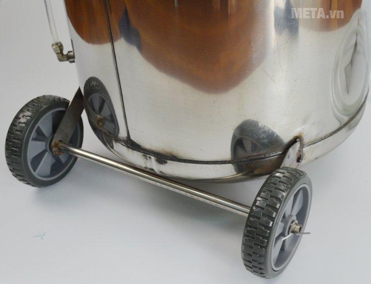 Bình bọt tuyết Kocu inox bình thấp (70 lít) được trang bị bánh xe, giúp di chuyển dễ dàng.