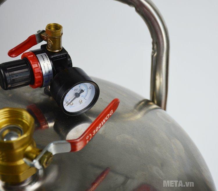Bình bọt tuyết Kocu inox bình thấp (70 lít) giúp quá trình rửa xe trở nên nhanh chóng, dễ dàng.