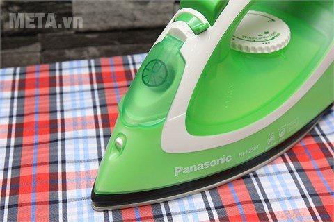 Bàn là hơi nước Panasonic PABU-NI-P250TGRA hoạt động với công suất mạnh mẽ