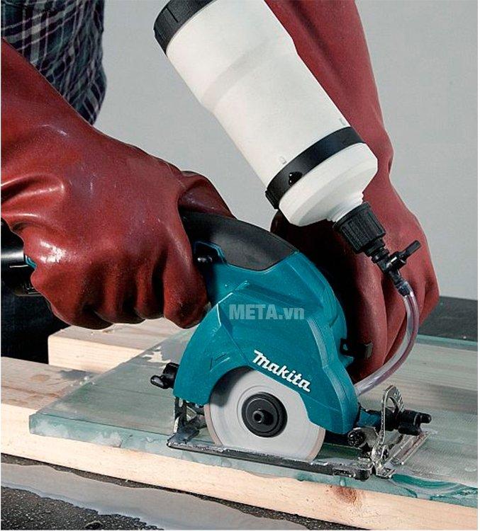 Máy cắt gạch chạy pin Makita CC300DWE cho khả năng cắt mạnh mẽ