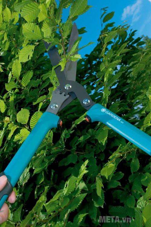 Kéo bánh răng tỉa rào Gardena 600 - 00393-20 thiết kế tay cầm bằng nhựa mềm giúp bạn dễ dàng thao tác