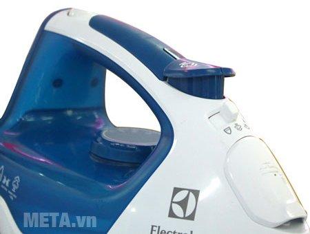 Bàn là Electrolux ESI5223 có tay cầm chắc chắn