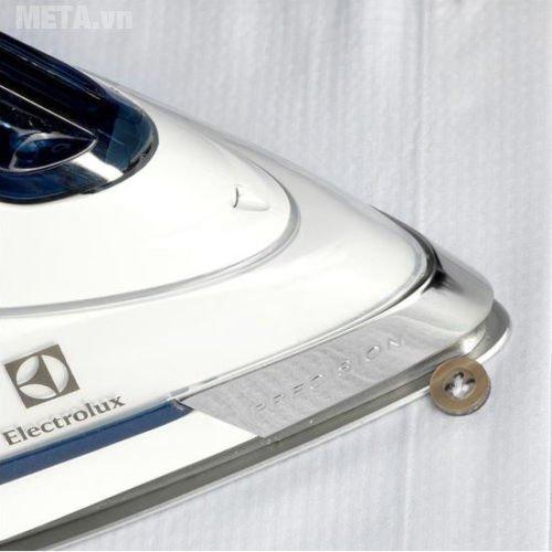 Bàn là Electrolux ESI6123 có thiết kế đầu bàn ủi nhọn