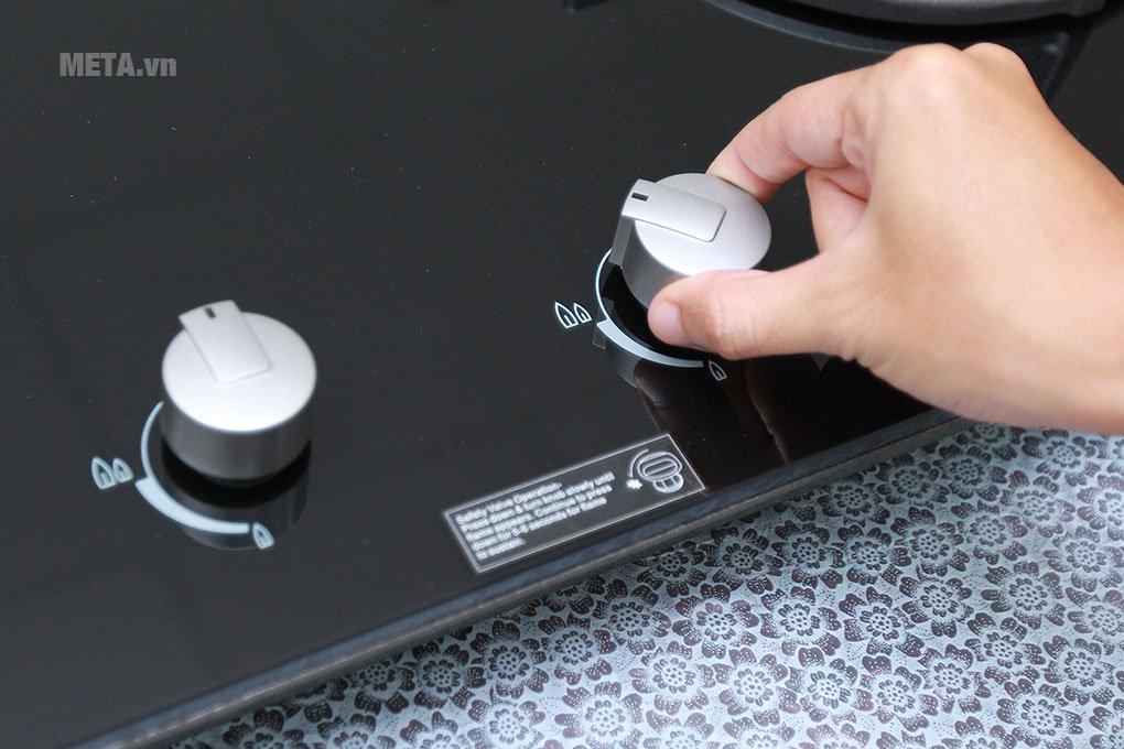 Bếp âm Electrolux EGT7627CK có núm xoay điều khiển thân thiện