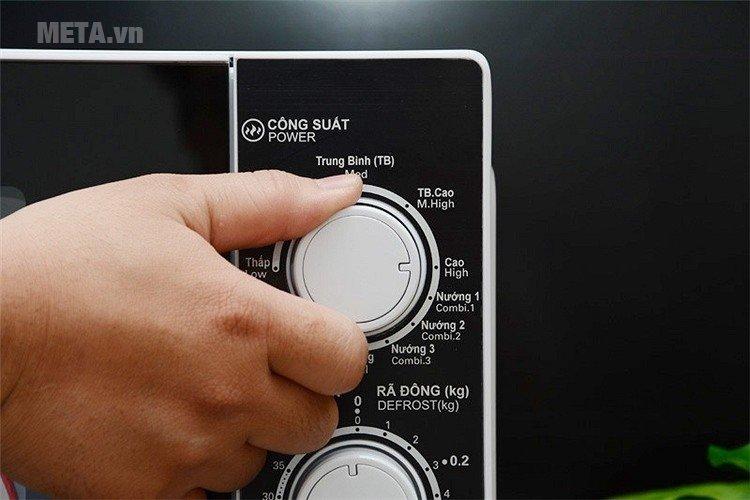 Lò vi sóng Sharp R-G221VN-W dễ dàng điều chỉnh với núm xoay