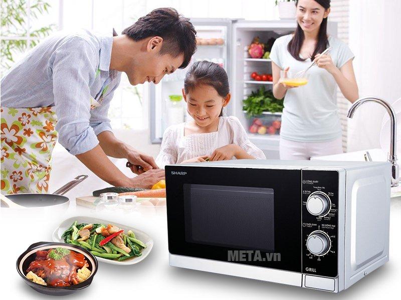 Lò vi sóng cơ có nướng Sharp R-G222VN-S 20 lít giúp tiết kiệm thời gian nấu nướng