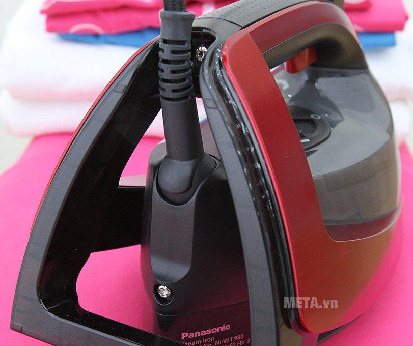 Bàn là hơi nước Panasonic NI-WT980RRA có dây điện chắc chắn