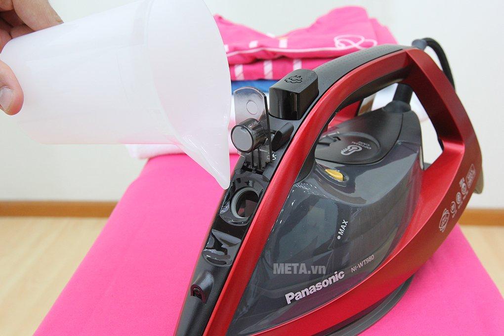 Bàn là hơi nước Panasonic NI-WT980RRA có lỗ châm nước rộng