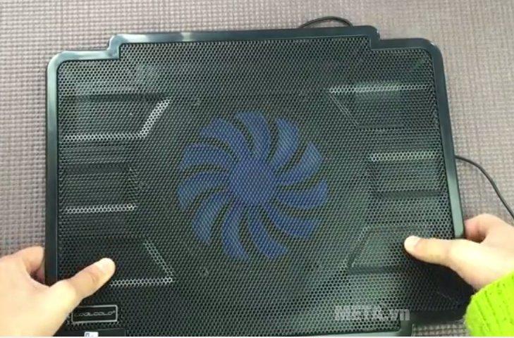 Đế làm mát laptop Cool Cold K17 có một quạt