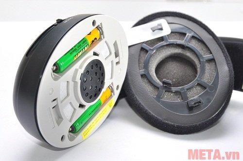 Tai nghe Sennheiser RS 120 II có 2 pin AAA gắn trong củ tai trái.