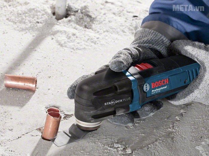 Máy cắt đa năng Bosch GOP 30-28 có vỏ máy bằng nhựa, cầm có độ ma sát cao