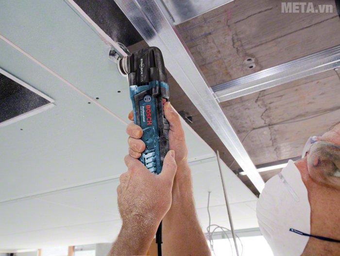 Máy cắt đa năng Bosch GOP 30-28 thiết kế nhỏ gọn, cầm làm việc trên cao thoải mái.