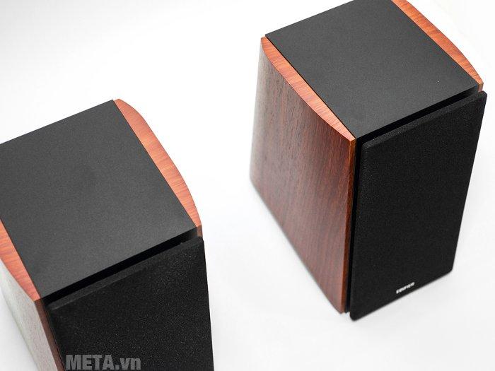 Edifier R1900TV với 2 miếng gỗ có vân rất đẹp ốp 2 bên được vát hơi nhẹ 2 đầu.