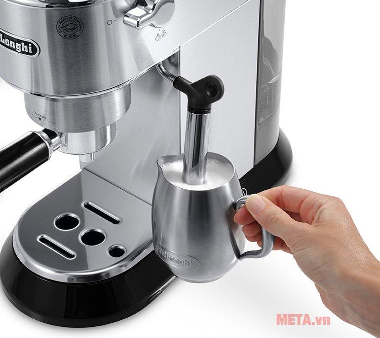 Máy pha cà phê Delonghi EC680.M có vòi đánh sữa truyền thống