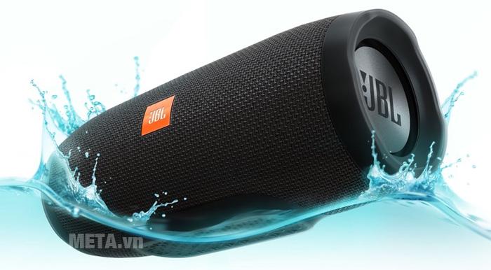 Loa JBL Charge 3 cho khả năng chống thấm nước tốt