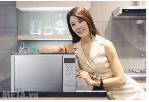 Lò vi sóng LG có thiết kế màu bạc sang trọng