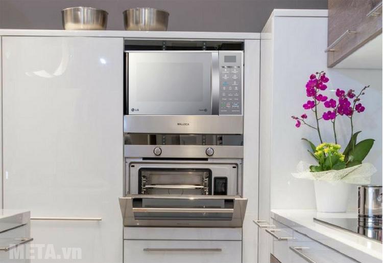 Lò vi sóng LG MH6842B/MH7043BAR với thiết kế màu bạc tao nhã phù hợp với không gian bếp
