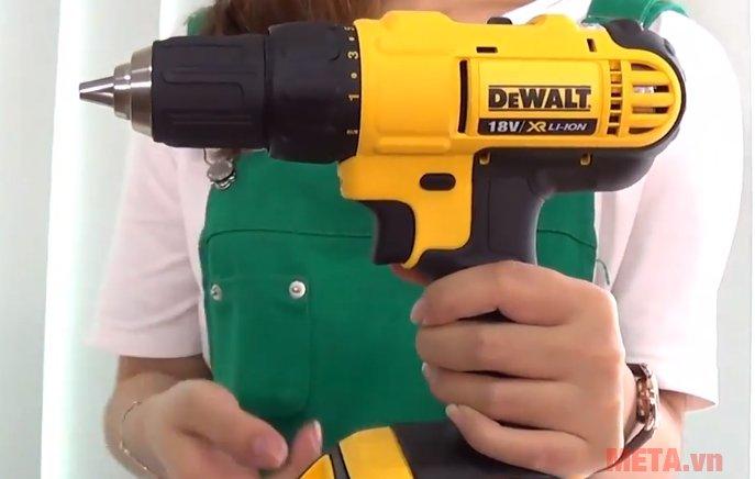 Máy khoan vặn vít dùng pin DeWalt DCD771C2 cầm tay rất nhẹ nhàng