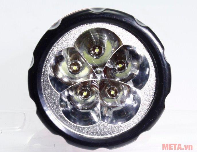 Tiross TS-1128 có 5 bóng led khi chiếu sáng ở chế độ đèn pin