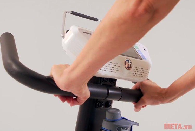 Tư thế tay cầm ở vị trí như hình có thể đo được nhịp tim