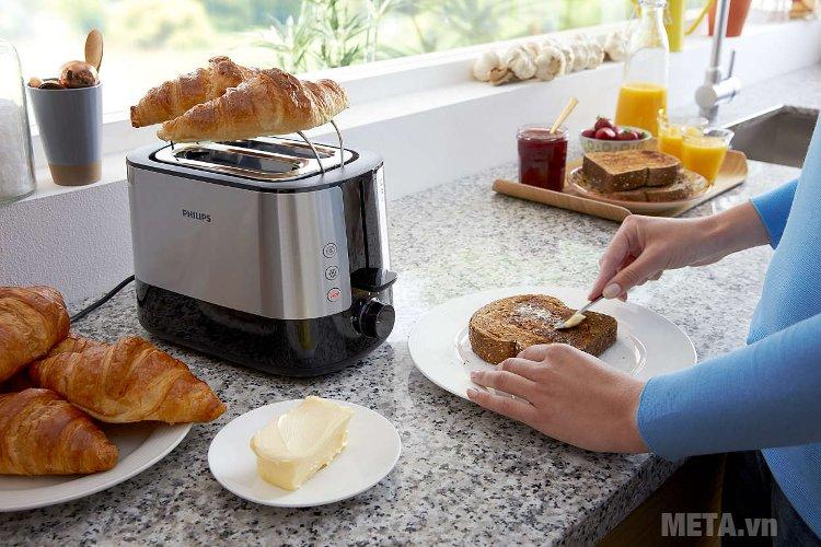 Máy nướng bánh mì Sandwich Philips HD2637 giúp bạn nướng bánh mỳ thật thơm ngon, màu vàng đẹp mắt