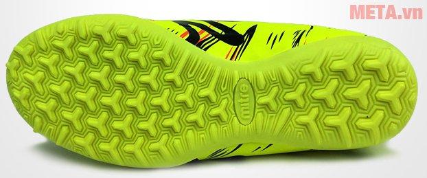 Giày đá bóng Mitre 160930 thiết kế đế có đinh cho khả năng ma sát cao