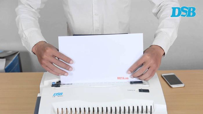 Máy có thiết kế để đưa giấy vào dễ dàng