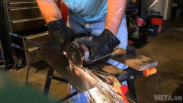 Chỉ cần thay thế đĩa mài thành đãi cắt, máy mài góc Makita GA9060 sẽ giúp bạn cắt kim loại đơn giản