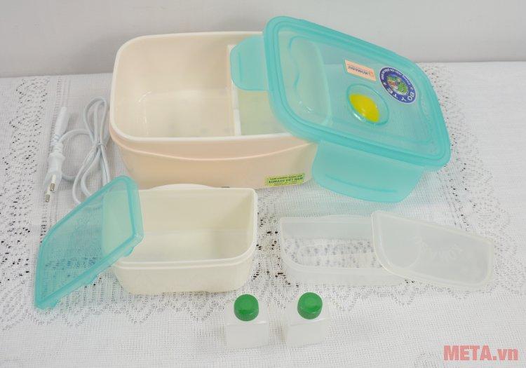 Hộp cơm hâm nóng Komasu KT48T gồm 2 ngăn rời có nắp đậy và 2 chai nhỏ đựng gia vị, nước chấm