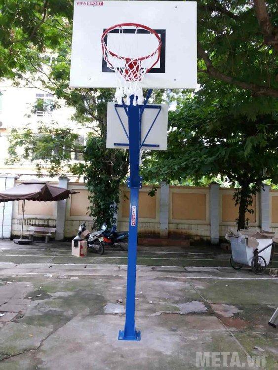 Trụ bóng rổ cố định vuông 801878 được lắp đặt tại trường học