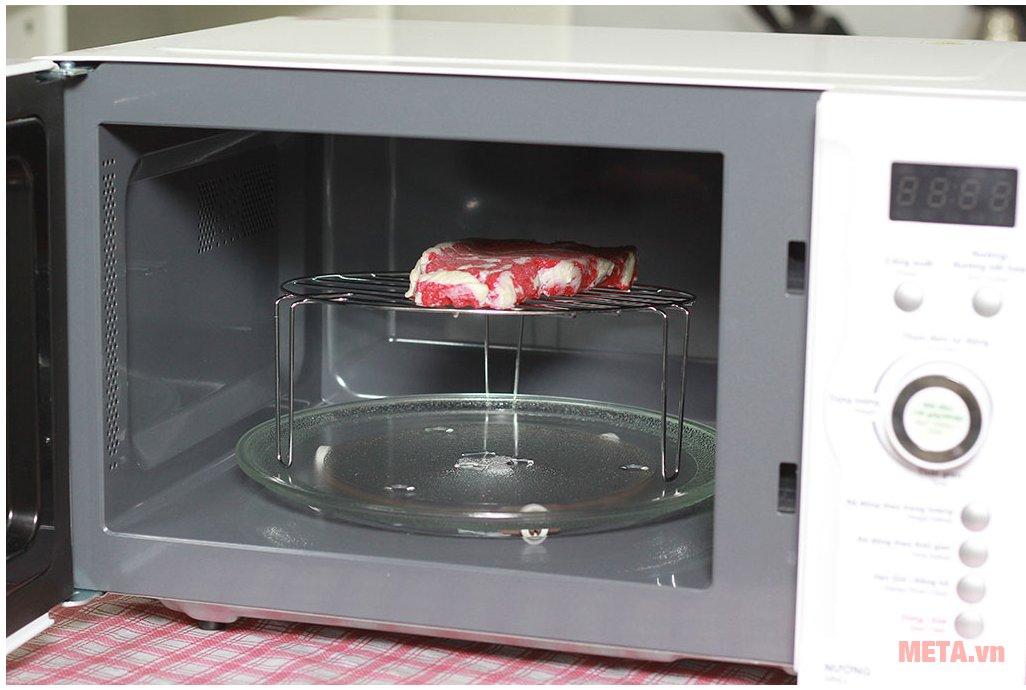 Lò vi sóng điện tử có nướng Sharp R-G371VN-W 23 lít giúp chế biến món ăn