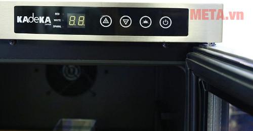 Bảng điều khiển nhiệt độ hiển thị trên thân máy giúp bạn dễ dàng theo dõi