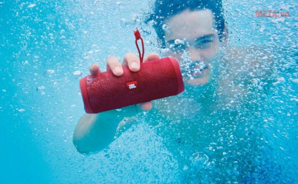 Loa JBL Flip 4 phù hợp với những buổi picnic hay tiệc ngoài trời, tiệc bên hồ bơi