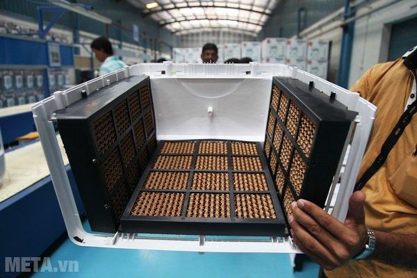 Tấm làm mát hình tổ ong kèm lưới lọc bụi và côn trùng bên ngoài, phủ xung quanh ở mặt sau và 2 bên của máy