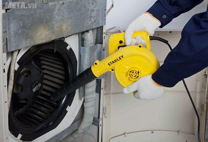 Máy thổi bụi Stanley STPT 600 có thể dùng để vệ sinh động cơ