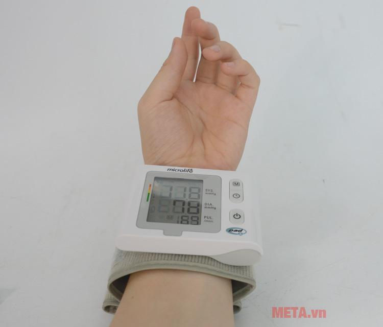 Máy đo huyết áp Microlife BP W2-Slim-Wrist dùng để đo cổ tay