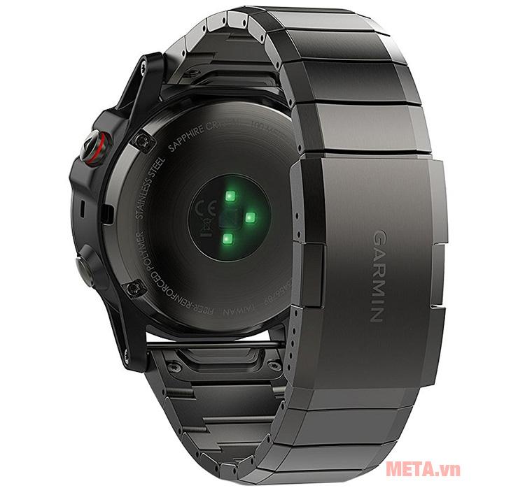 Vòng đeo tay theo dõi sức khỏe Garmin Fenix 5 Sate Gray có màn hình với đèn led giúp hiển thị rõ thông số