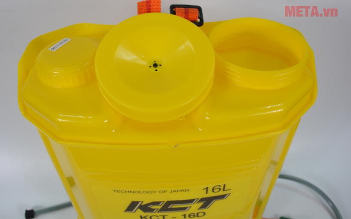 Bình xịt điện KCT 16D có miệng rộng giúp bạn đổ nước và hóa chất dễ dàng
