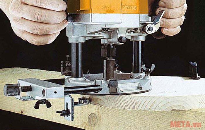 Máy phay gỗ INGCO RT22001 dùng cho xưởng mộc