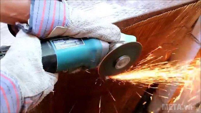 Máy mài góc Makita 9556HN giúp mài nhẵn bề mặt kim loại cực nhanh