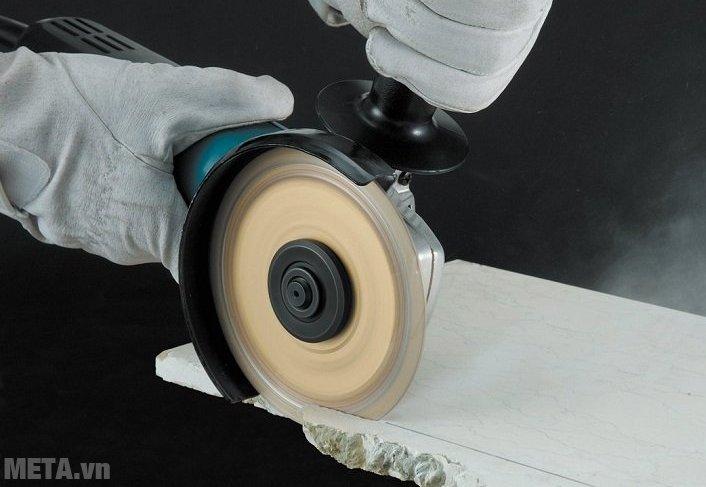 Máy mài góc Makita 9556HN khi được lắp thêm đá cắt (mua thêm) sẽ giúp bạn cắt vật liệu nhanh chóng. ắp