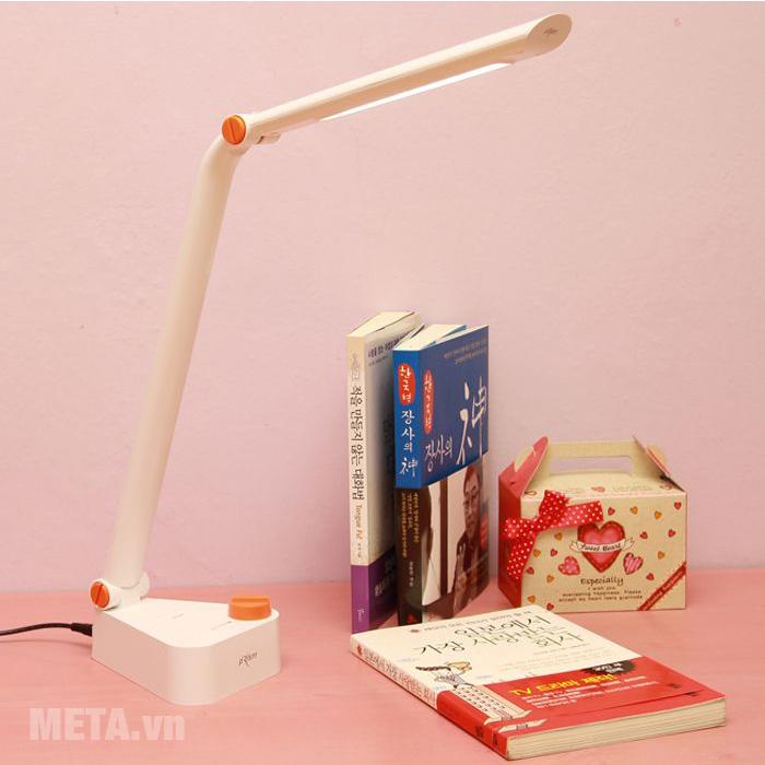 Đèn bàn led Hàn Quốc Prism 1777W có thể dễ dàng để trên bàn học, bàn làm việc