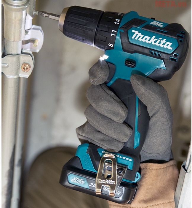 Máy khoan vặn vít dùng pin Makita DF332DSAE nhỏ gọn dễ dàng cầm tay và sử dụng