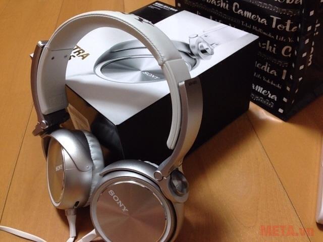 Tai nghe Sony MDR-XB610 màu bạc ánh đơn giản nhưng vẫn hiện hữu nét hiện đại vốn có