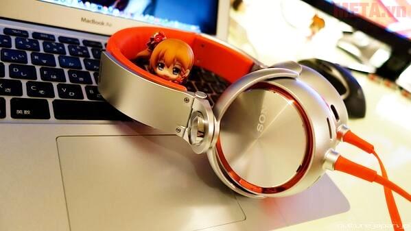 Tai nghe Sony MDR-XB610 màu cam gạch ánh bạc trông thật cuốn hút