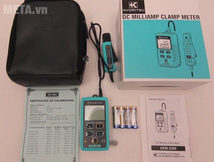 Ampe kìm Kyoritsu 2500 dùng 4 pin AA và có túi đựng
